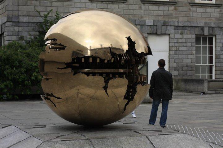 Sphere with sphere / Arnaldo Pomodoro