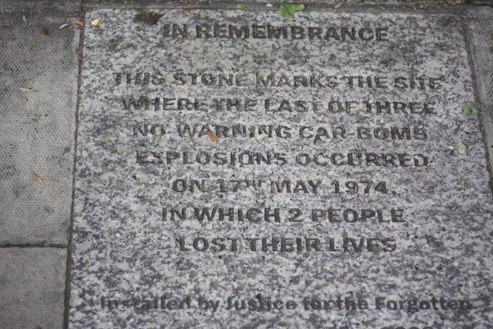 Remembrance / Bomba sonucu ölen 2 kişi anısına yola konulan anma plaketi, bizde olsa tüm yolları kaplamak lazım!